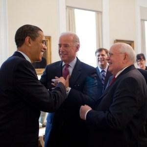 2009-03-20, Joe Biden empfängt Gorbatschow im Westflügel des Weißen Hauses, dem Amtssitz des Vizepräs., Obama auch da