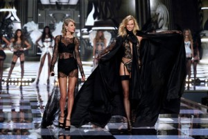 taylor-swift-karlie-kloss-victorias-secret-fashion-show-720x480
